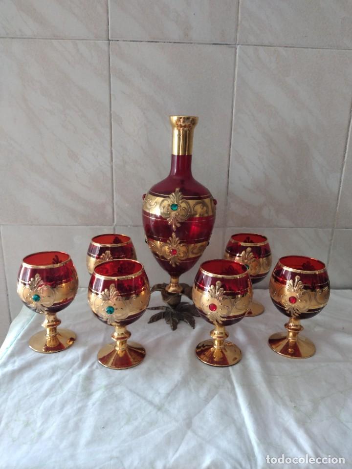 Antigüedades: Exquisito juego de licorera y 6 copas de licor de cristal de murano rojo y oro, pie de bronce - Foto 2 - 287934563