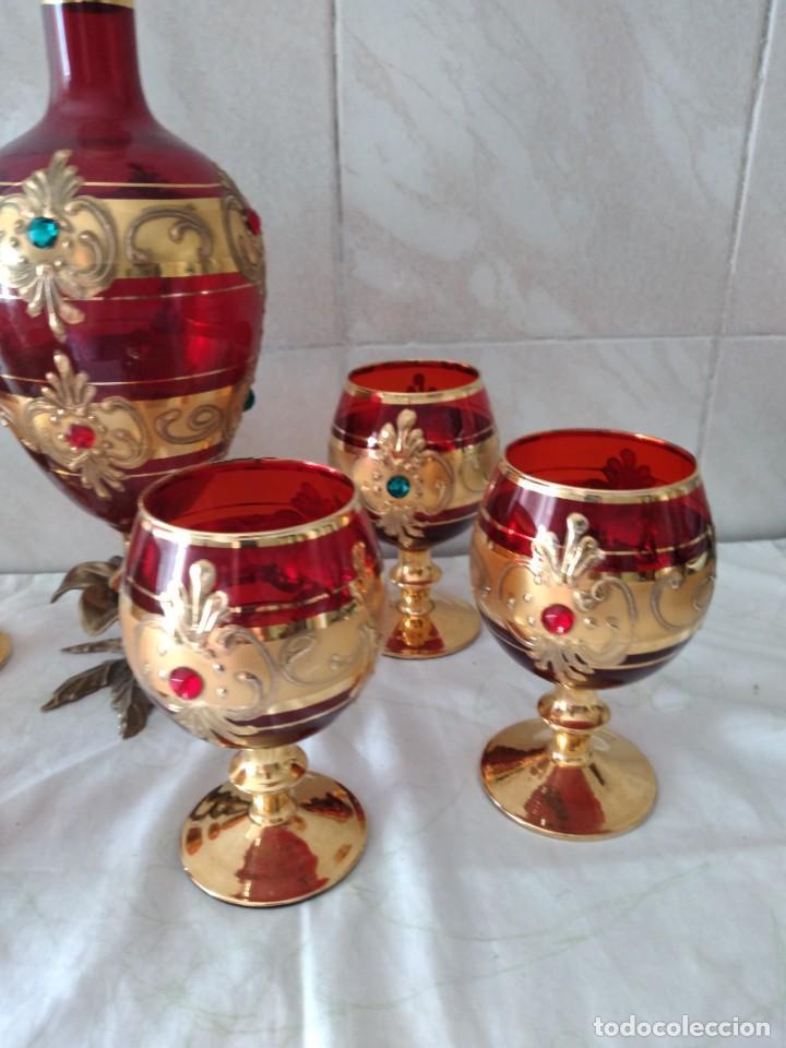 Antigüedades: Exquisito juego de licorera y 6 copas de licor de cristal de murano rojo y oro, pie de bronce - Foto 4 - 287934563