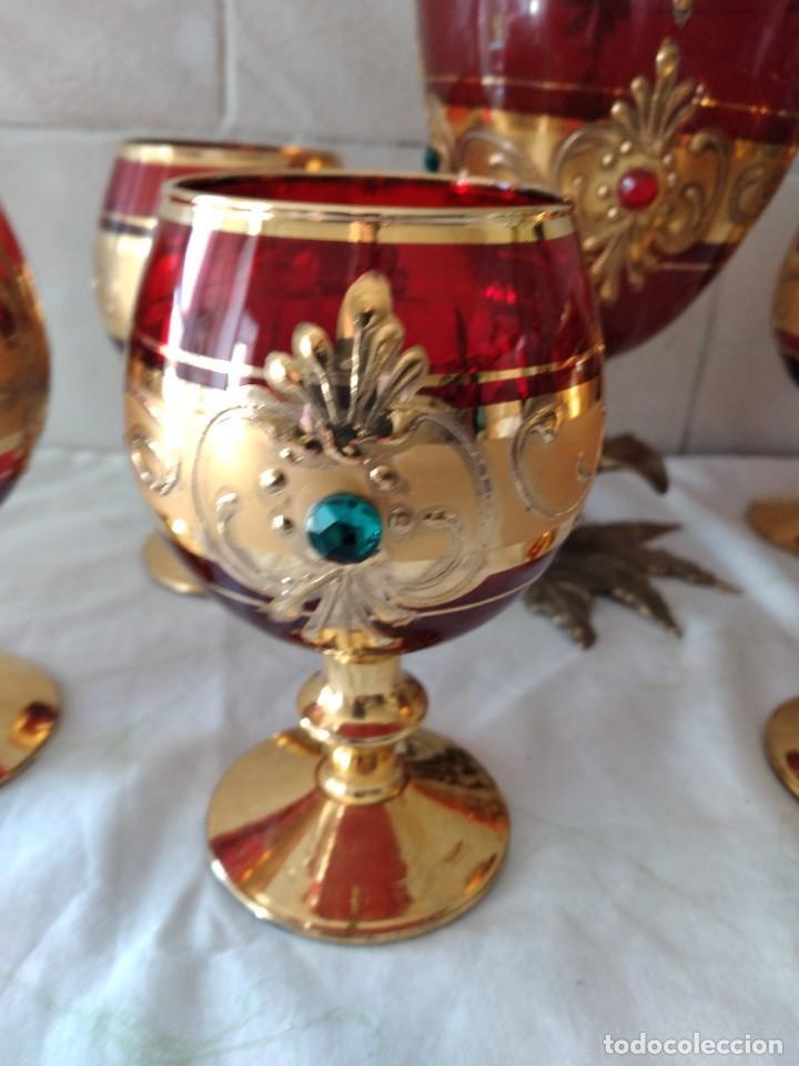 Antigüedades: Exquisito juego de licorera y 6 copas de licor de cristal de murano rojo y oro, pie de bronce - Foto 5 - 287934563