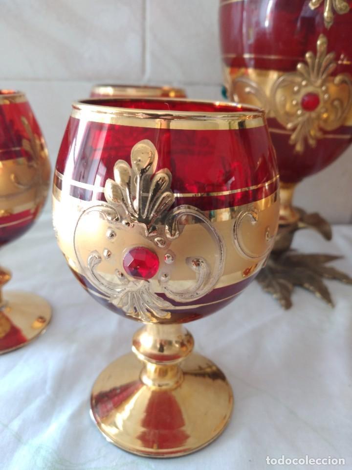 Antigüedades: Exquisito juego de licorera y 6 copas de licor de cristal de murano rojo y oro, pie de bronce - Foto 6 - 287934563