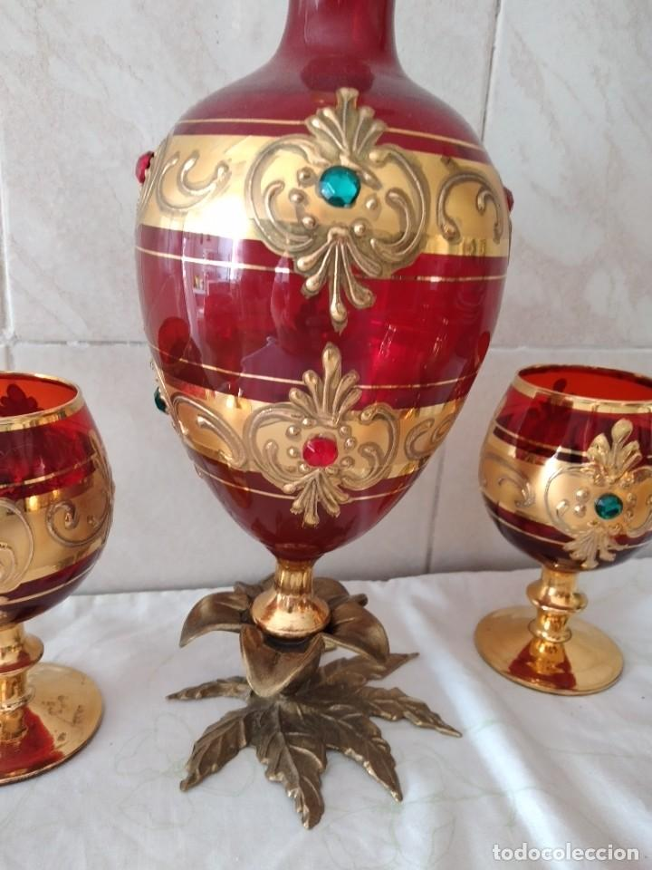 Antigüedades: Exquisito juego de licorera y 6 copas de licor de cristal de murano rojo y oro, pie de bronce - Foto 7 - 287934563