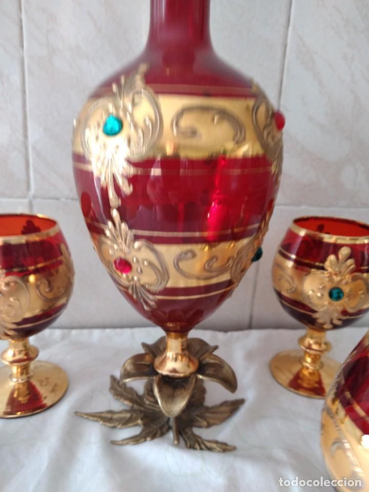 Antigüedades: Exquisito juego de licorera y 6 copas de licor de cristal de murano rojo y oro, pie de bronce - Foto 13 - 287934563