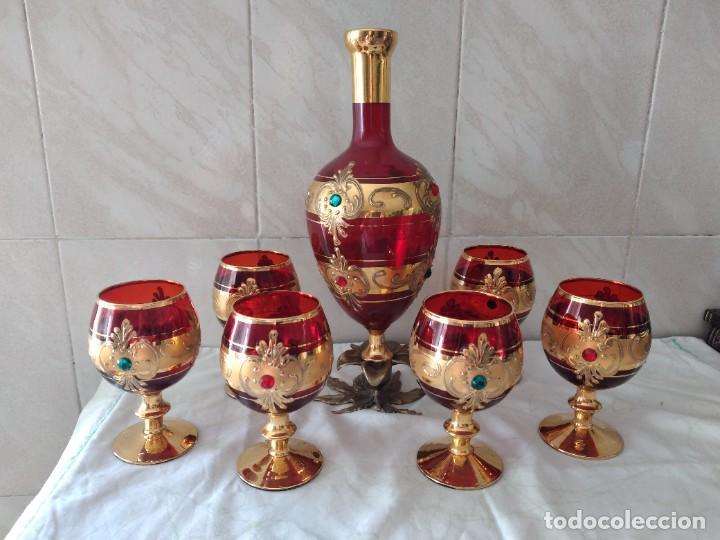 Antigüedades: Exquisito juego de licorera y 6 copas de licor de cristal de murano rojo y oro, pie de bronce - Foto 15 - 287934563
