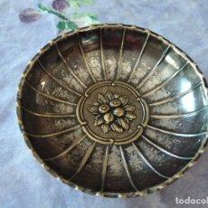Antigüedades: PEQUEÑA BANDEJA DE METAL CON DIBUJO REPUJADO.. Lote 287945938