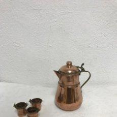 Antigüedades: JARRA DE LATON CON VASITOS, MUY DECORATIVO!. Lote 287956488