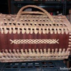 Antigüedades: BOLSO VINTAGE DE RAFIA Y LATERALES DE MADERA.. Lote 288002033