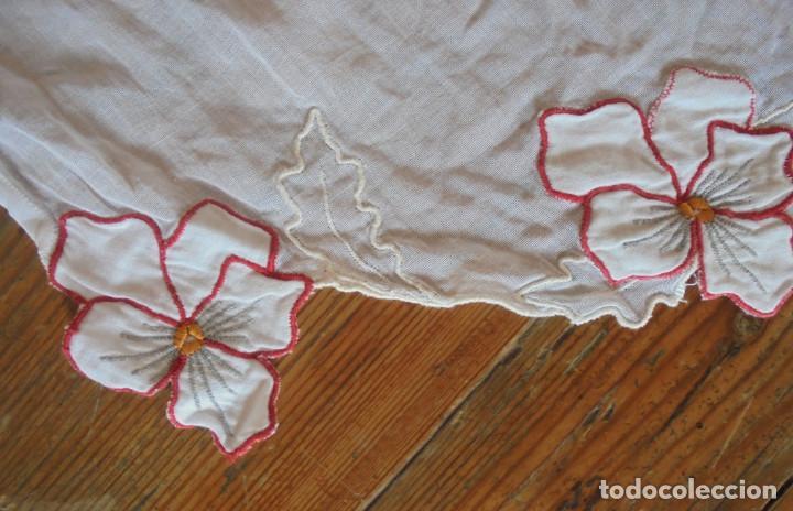 Antigüedades: Vintage delantal con flores rojos - Foto 2 - 288006753
