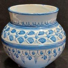 Antigüedades: PEQUEÑO JARRÓN FLORERO / CERÁMICA DE TALAVERA / 15 CM ALTO X 11.5 CM Ø / PERFECTO ESTADO.. Lote 288052168