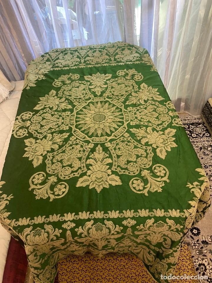 Antigüedades: Antiguo mantel de mesa verde con dos caras con detalles florales bordados . Ver fotos - Foto 2 - 288062058