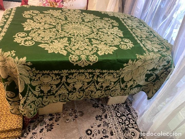 Antigüedades: Antiguo mantel de mesa verde con dos caras con detalles florales bordados . Ver fotos - Foto 3 - 288062058