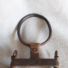 Antigüedades: BOCADO DE HIERRO Y LATON CON BARBADA DE ARGOLLA. Lote 288157053