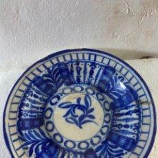 Antigüedades: ANTIGUO PLATO DE CERÁMICA DE ALCORA FIRMADO. Lote 288352968