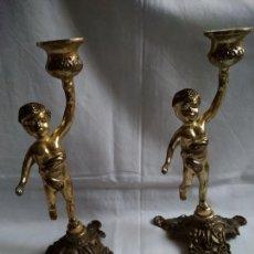 Antigüedades: PAREJA DE CANDELEROS O PORTAVELAS DE METAL DORADO ENVEJECIDO. ÁNGELITOS (QUERUBINES) 19 CM ALTURA.. Lote 288377718