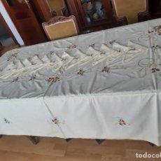 Antigüedades: BONITA MANTELERIA AMARILLA PÁLIDA BORDADA A MÁQUINA, CON 12 SERVILLETAS. SIN ESTRENAR.. Lote 288387093