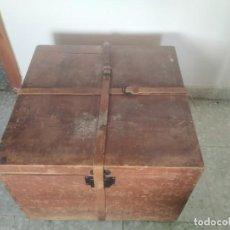 Antigüedades: ANTIGUA CAJA DE MADERA DE VIAJE, BAÚL, COFRE, SOMBRERERO. CIERRE CON CORREAS DE CUERO. 48 X 48 X 35. Lote 288389473