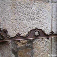 Antigüedades: GRECA CUPULA O REMATE DE MUEBLE AUXILIAR - 50'S EN SAPELLI, TALLA MANUAL - 800GR 89CM + INFO. Lote 288405818