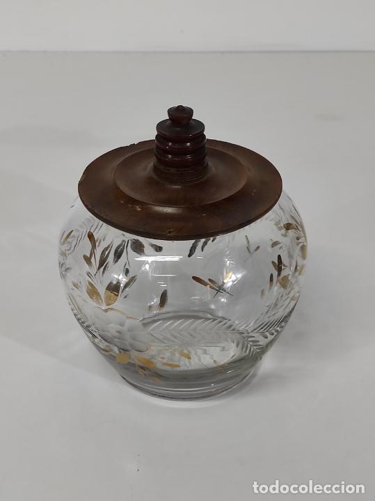 Antigüedades: Bombonera, Caramelera - Cristal Tallado y Dorado - Tapón en Madera de Olivo - Foto 2 - 288432578