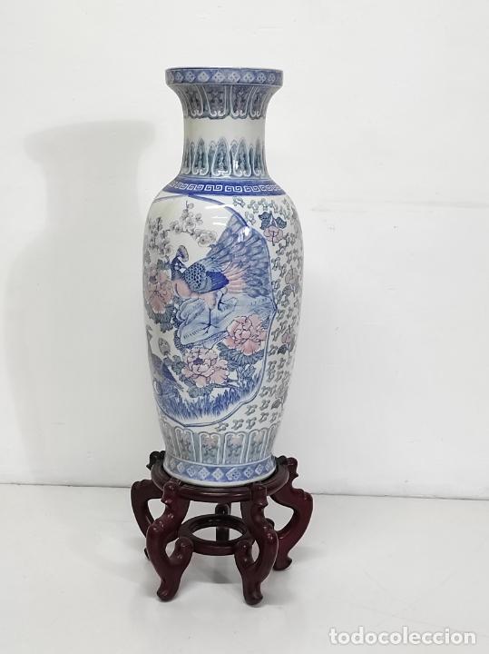 Antigüedades: Gran Jarrón Chino - Porcelana Azul y Rosa - Con Peana - Altura Total 101 cm - Foto 3 - 288486033