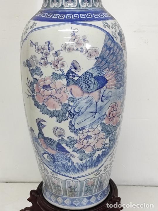 Antigüedades: Gran Jarrón Chino - Porcelana Azul y Rosa - Con Peana - Altura Total 101 cm - Foto 4 - 288486033