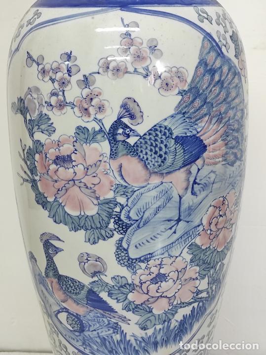 Antigüedades: Gran Jarrón Chino - Porcelana Azul y Rosa - Con Peana - Altura Total 101 cm - Foto 5 - 288486033