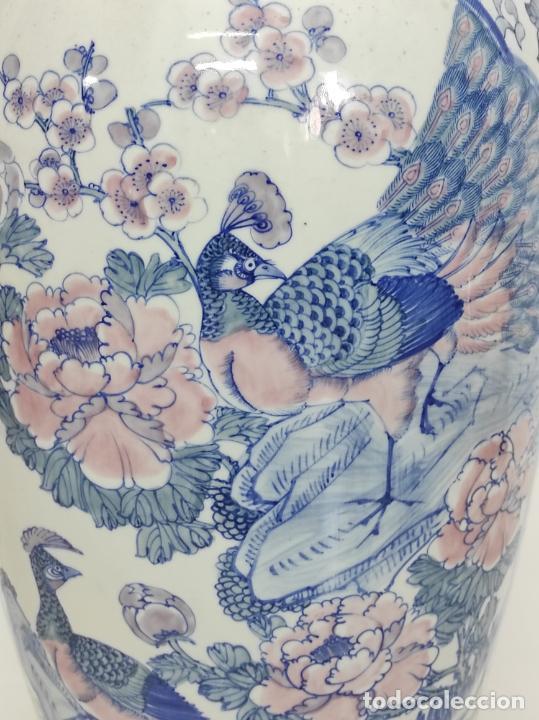Antigüedades: Gran Jarrón Chino - Porcelana Azul y Rosa - Con Peana - Altura Total 101 cm - Foto 6 - 288486033