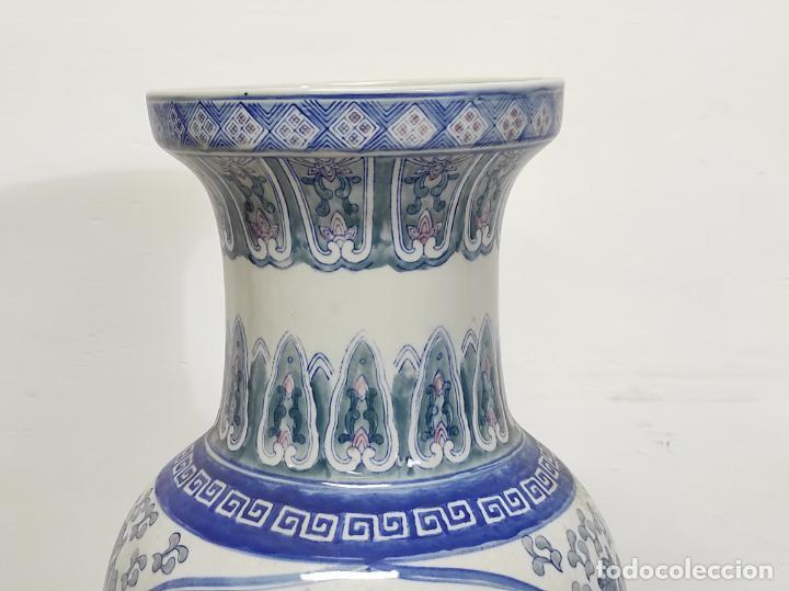Antigüedades: Gran Jarrón Chino - Porcelana Azul y Rosa - Con Peana - Altura Total 101 cm - Foto 7 - 288486033