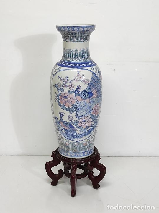 GRAN JARRÓN CHINO - PORCELANA AZUL Y ROSA - CON PEANA - ALTURA TOTAL 101 CM (Antigüedades - Porcelanas y Cerámicas - China)