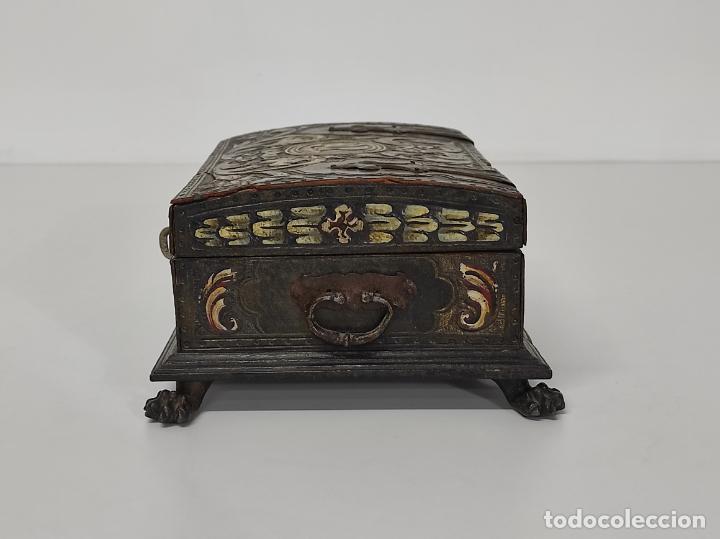 Antigüedades: Bonita Caja, Joyero Estilo Renacimiento - Madera y Cuero Policromado - Pies de Garra en Bronce - Foto 11 - 288487663