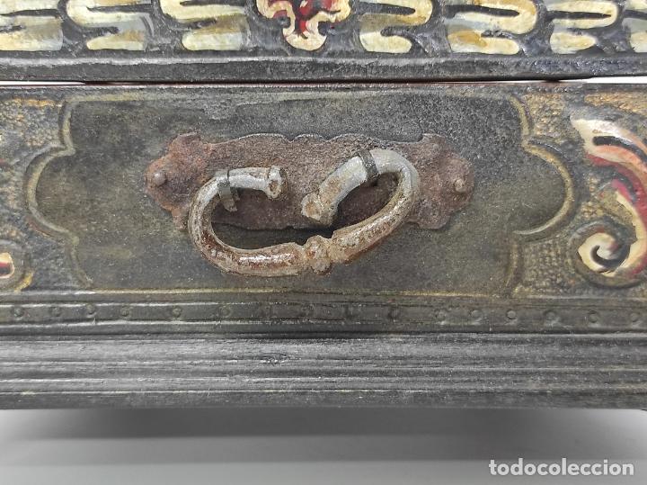 Antigüedades: Bonita Caja, Joyero Estilo Renacimiento - Madera y Cuero Policromado - Pies de Garra en Bronce - Foto 16 - 288487663