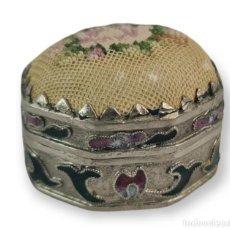 Antigüedades: CAJITA PASTILLERO. METAL, ESMALTE, PETIT POINT. 40X35X30MM CA 1910. Lote 288506863