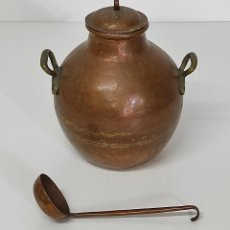 Antigüedades: ANTIGUA OLLA, PUCHERO CON TAPÓN DE COBRE - ASAS DE BRONCE - CON CUCHARÓN. Lote 288530628