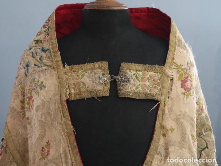 Antigüedades: Capa pluvial confeccionada en seda espolinada y brocada. España, siglo XVIII. - Foto 2 - 288574503