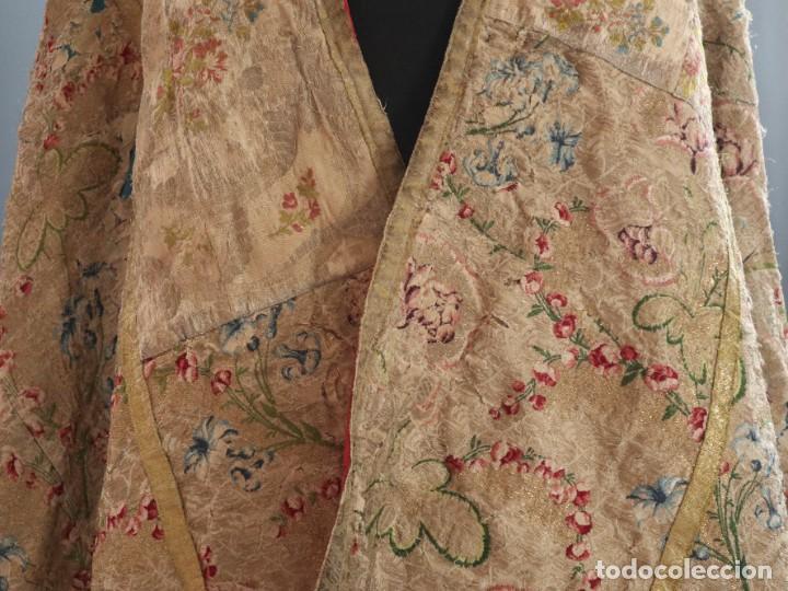 Antigüedades: Capa pluvial confeccionada en seda espolinada y brocada. España, siglo XVIII. - Foto 7 - 288574503