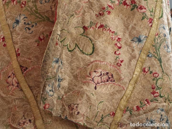 Antigüedades: Capa pluvial confeccionada en seda espolinada y brocada. España, siglo XVIII. - Foto 9 - 288574503
