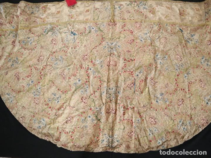 Antigüedades: Capa pluvial confeccionada en seda espolinada y brocada. España, siglo XVIII. - Foto 34 - 288574503