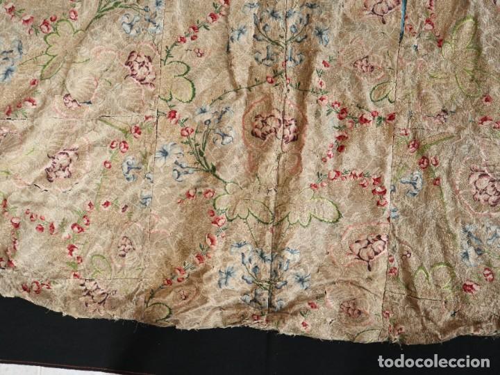 Antigüedades: Capa pluvial confeccionada en seda espolinada y brocada. España, siglo XVIII. - Foto 39 - 288574503