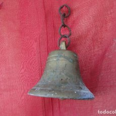 Antigüedades: CAMPANA DE ENTRADA EN BRONCE . ANTIGUA. CON CADENA. Lote 288597743