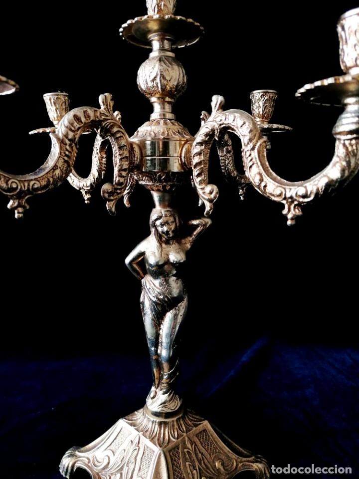 Antigüedades: Antiguos candelabros en bronce dorado con decoración de una mujer. Mediados Siglo XX - Foto 5 - 288603403