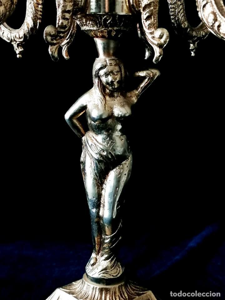 Antigüedades: Antiguos candelabros en bronce dorado con decoración de una mujer. Mediados Siglo XX - Foto 6 - 288603403