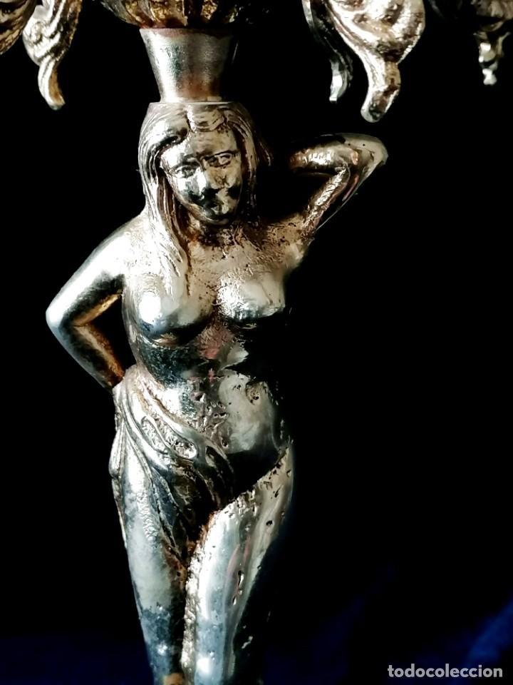 Antigüedades: Antiguos candelabros en bronce dorado con decoración de una mujer. Mediados Siglo XX - Foto 7 - 288603403