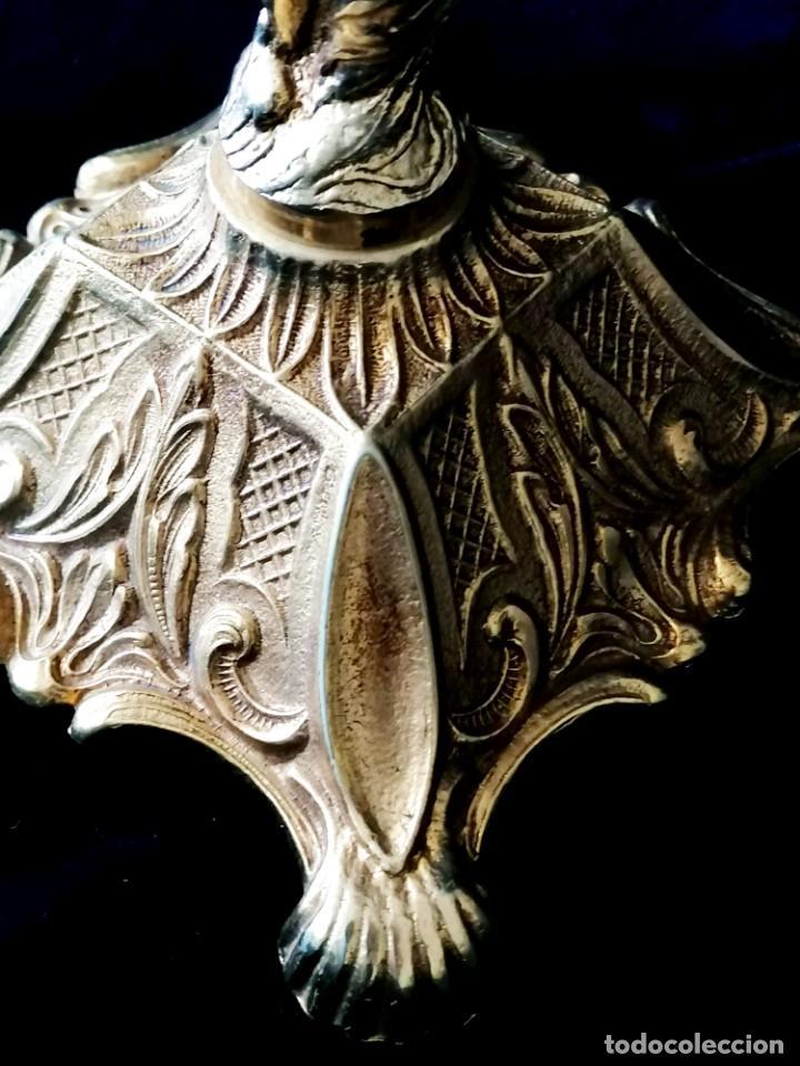 Antigüedades: Antiguos candelabros en bronce dorado con decoración de una mujer. Mediados Siglo XX - Foto 16 - 288603403