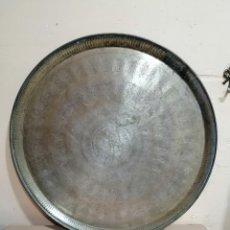 Antigüedades: ANTIGUA BANDEJA EGIPCIA LABRADA DE LATON. Lote 288654633