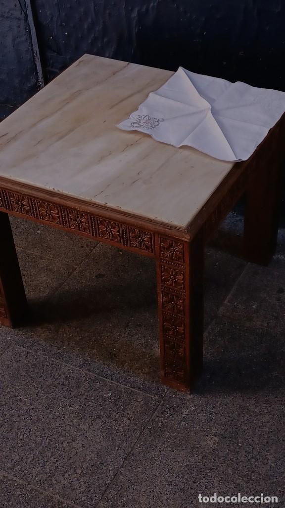 ANTIGUA MESA AUXILIAR TALLADA CON LOSA DE MÁRMOL ITALIANO BLANCO IDEAL PARA SALÓN (Antigüedades - Muebles Antiguos - Mesas Antiguas)