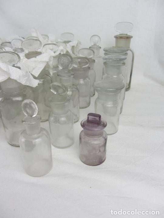 Antigüedades: Lote de 52 frascos de farmacia en vidrio transparente, final siglo XIX, principio del XX - Foto 5 - 288683743