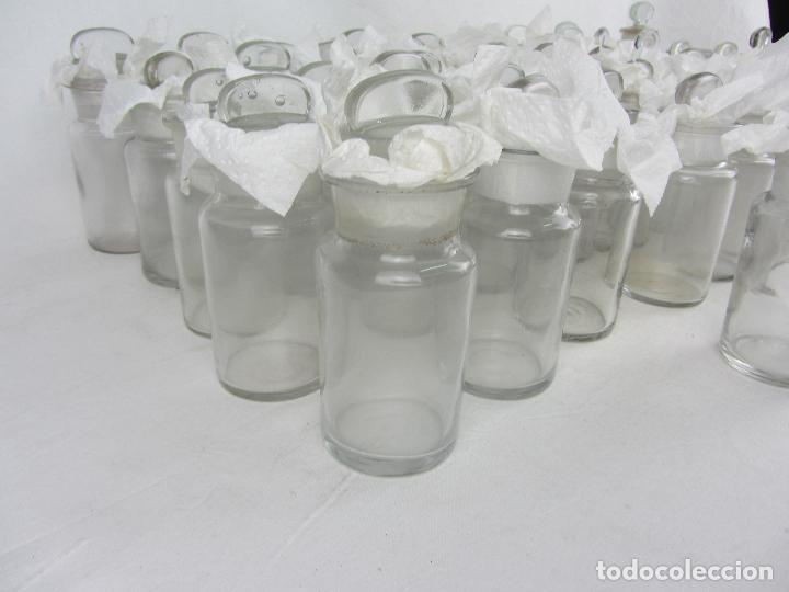 Antigüedades: Lote de 52 frascos de farmacia en vidrio transparente, final siglo XIX, principio del XX - Foto 13 - 288683743