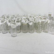 Antigüedades: LOTE DE 52 FRASCOS DE FARMACIA EN VIDRIO TRANSPARENTE, FINAL SIGLO XIX, PRINCIPIO DEL XX. Lote 288683743