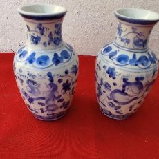 Antigüedades: PAREJAS DE JARRONES FIRMADOS. Lote 288690693