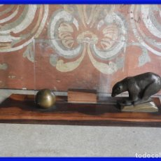 Antigüedades: MARCO DE FOTOS ART DECO DE MADERA Y BRONCE CON UN OSO. Lote 288730933