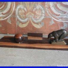 Antigüedades: MARCO DE FOTOS ART DECO DE MADERA Y BRONCE CON UN OSO. Lote 288731018