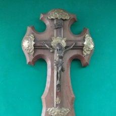 Antigüedades: BENDITERA EN METAL DORADO Y CRUZ MADERA.. Lote 288880038